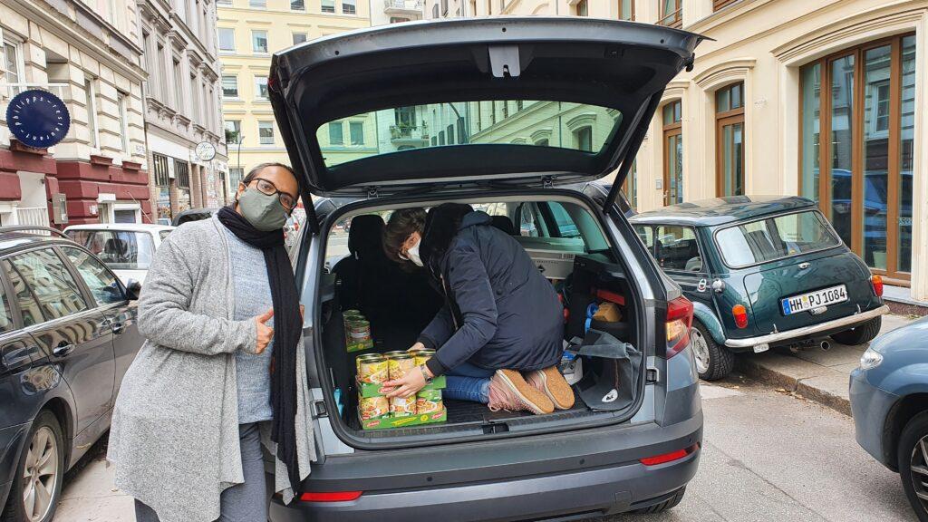 Katrin und Sabrina beim Ausladen der Lebensmittel zur Übergabe an Simone von Kids & Welcome e.V.