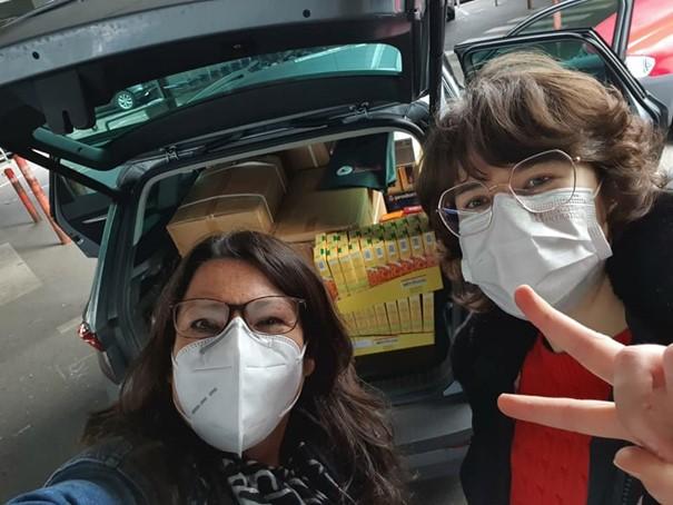 Katrin und Sabrina beim Einkaufen der Lebensmittel im Großhandel